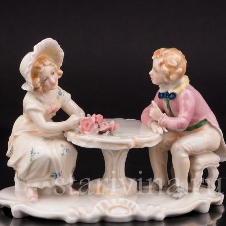 Фигурка из фарфора Сердечный разговор, дети за столом Karl Ens, Германия, 1920 - 30 гг.